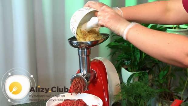 Для приготовления бифштекса из свинины, перекрутите лук.