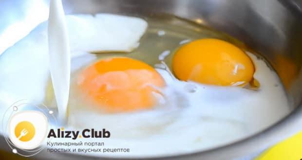 Для приготовления бифштекса из свинины, смешайте молоко с яйцами.
