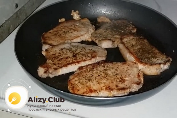 Для приготовления бифштекса из свинины, обжарьте мясо с двух сторон.