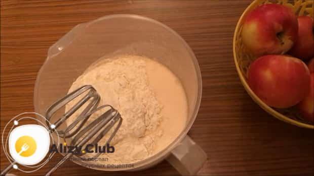 Для приготовления блинов на ряженке добавьте муку.