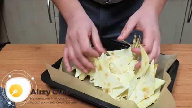 Выкладываем чипсы из лаваша на пергаментную бумагу