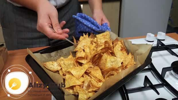 Готовые чипсы из лаваша в духовке по этому рецепту получаются хрустящие.