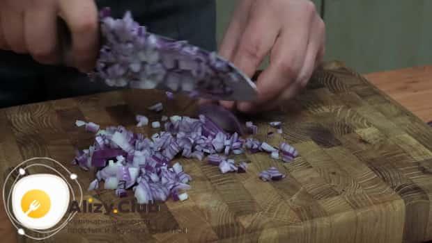 Для приготовления соуса, нарезаем лук