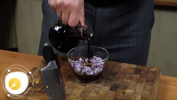 Заливаем лук соевым соусом