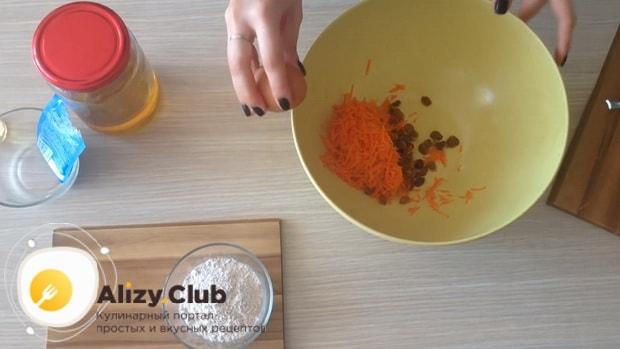 Соедините морковь и изюм для приготовления морковного печенья.