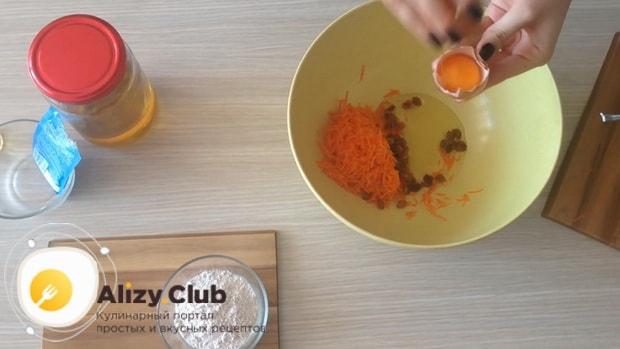 Отделите белок от желтка для приготовления морковного печенья.