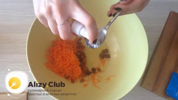 Погасите соду для приготовления морковного печенья.