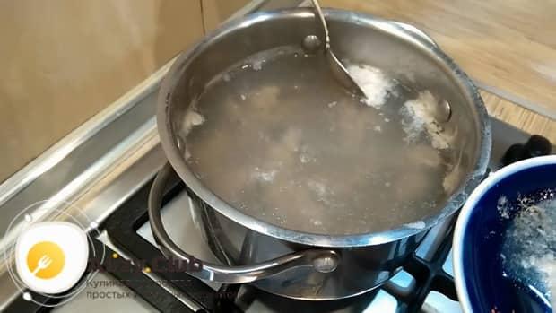 По рецепту, для приготовления супа из куриных сердечек снимите пену при варке бульона.