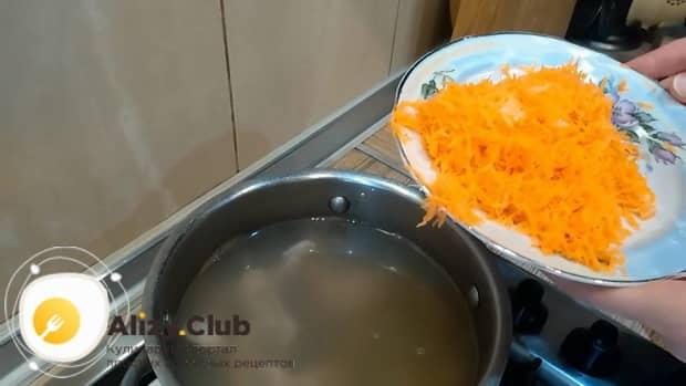 По рецепту, для приготовления супа из куриных сердечек натрите морковь.