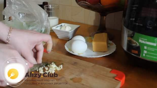 Для запеканки из кабачков, нарезаем чеснок