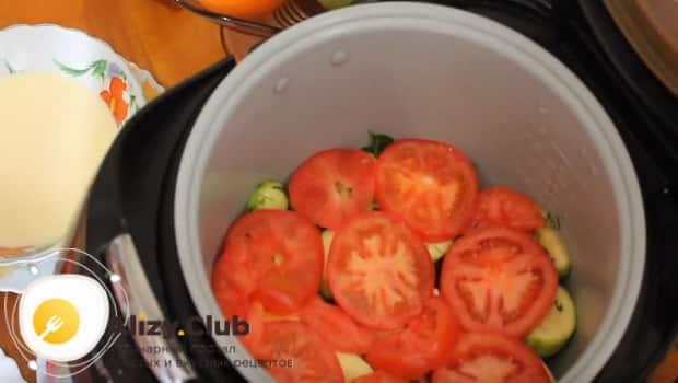 Выкладываем помидоры сверху на кабачки