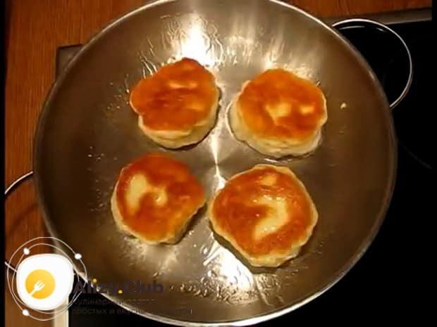 Для приготовления ленивых беляшей обжарьте с двух сторон.