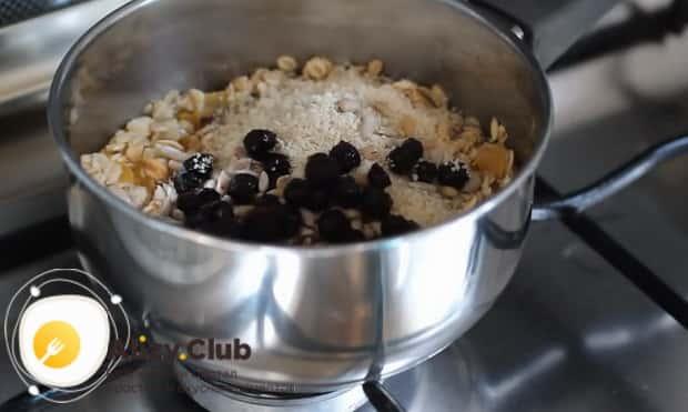 Перед как варить геркулесовую кашу на воде добавьте чернику.