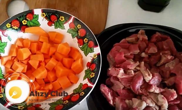 нарезаем морковь и мясо