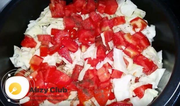 Заключительным слоем выкладываем нарезанные помидоры