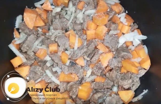 добавляем нарезанные лук и морковь