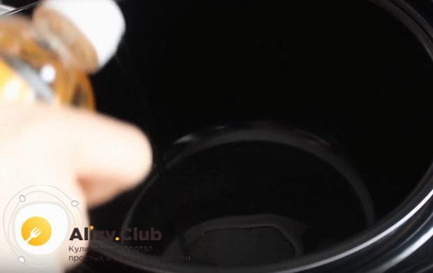 В чашу устройства вливаем растительное масло