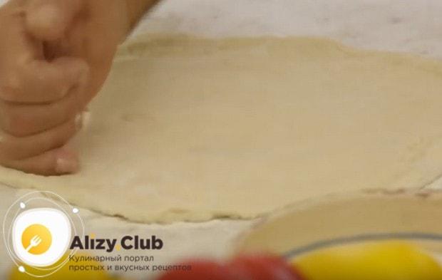 А теперь можно формировать настоящую итальянскую пиццу на тонком тесте по классическому рецепту.
