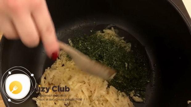 Для приготовления капустных котлет, натрите картофель.