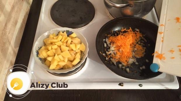 Для приготовления картофельного супа. по рецепту, приготовьте зажарку.