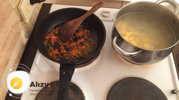 Для приготовления картофельного супа. по рецепту, добавьте картофель в бульон.
