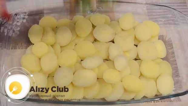 Для приготовления картофельной запеканки с грибами, нарежьте картофель.
