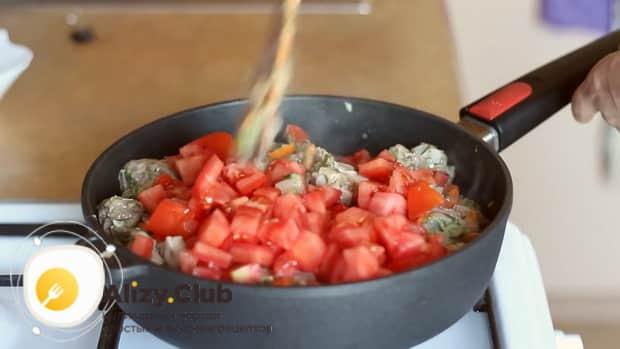 Для приготовления мяса в горшочках с картошкой в духовке, обжарьте помидоры.