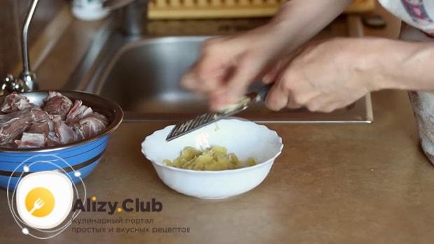Для приготовления мяса в горшочках с картошкой в духовке, подготовьте асе ингредиенты.