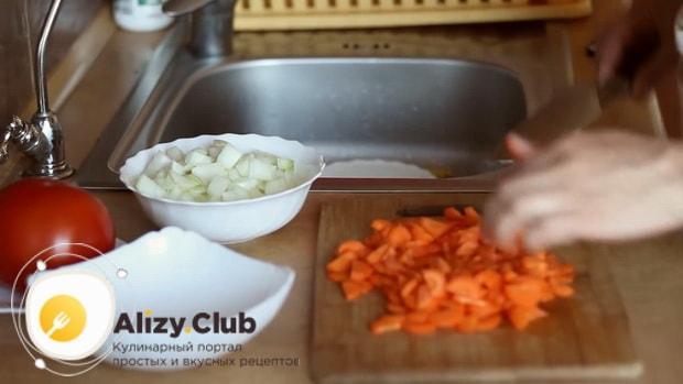 Для приготовления мяса в горшочках с картошкой в духовке, нарежьте морковь.