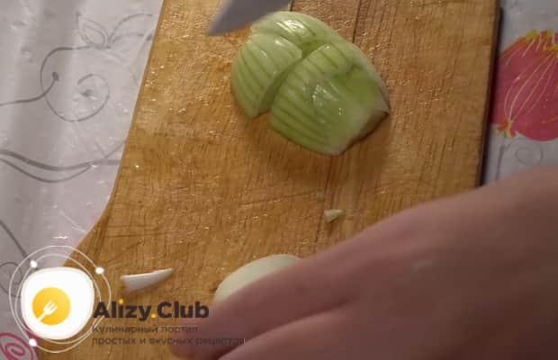 Нарежьте все ингредиенты для приготовления запеченной картошки с мясом в духовке