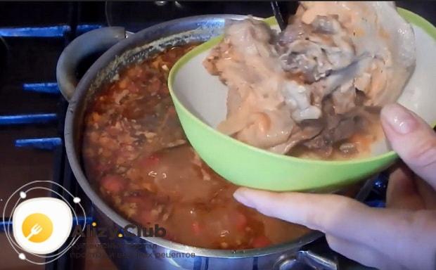 после готовности вынимаем мясо из супа