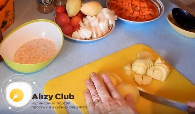 режем некрупными кусочками картофель