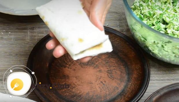 Делаем конвертики из лаваша с сыром и зеленью своими руками