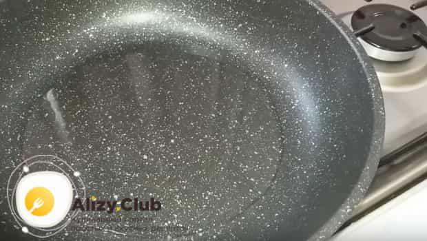Ставим разогреваться сковородку для жарки котлет