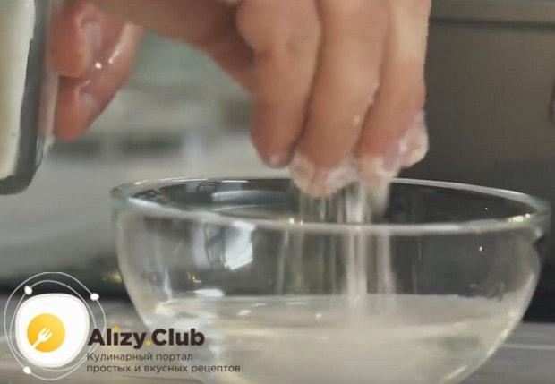 Для начала растворяем в воде соль.