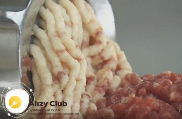Пропускаем через мясорубку мясо, хлеб и лук.