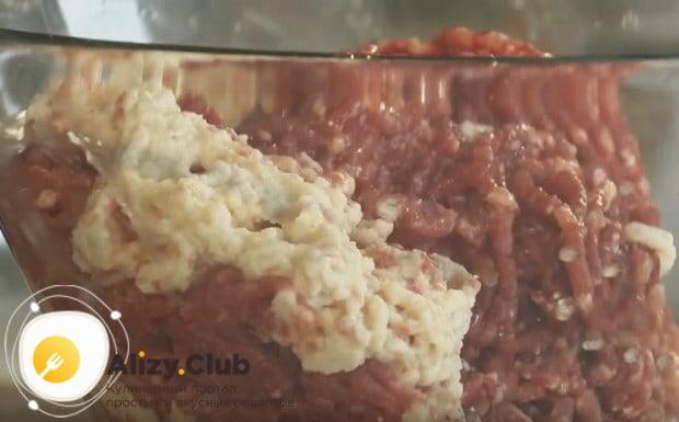 Секрет рецепта сочных котлет из фарша говядины и свинины в том, чтобы добавить в них немного воды.