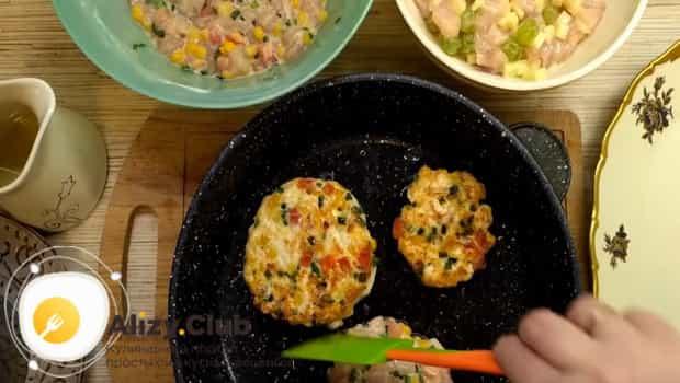 Рубленные котлеты из куриного филе с сыром обжариваем на сковороде