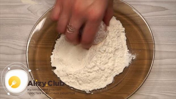 Для приготовления котлет в тесте обваляйте фарш в муке.