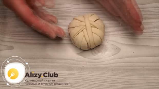 Для приготовления котлет в тесте закрутите фарш в тесто.