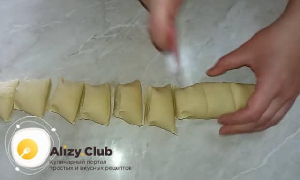 Для приготовления котлет в тесте нарежьте тесто.