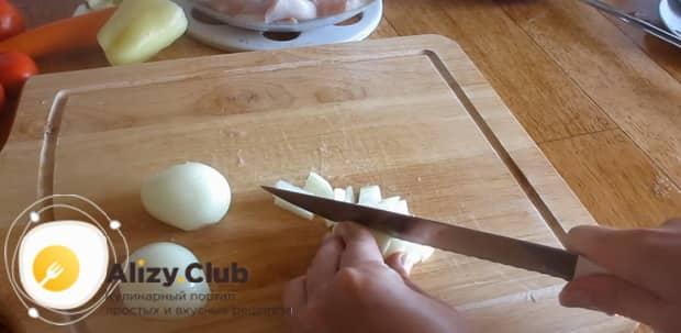 Приготовьте гуляш из филе курицы с подливкой