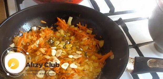 Для приготовления гуляша из курицы добавьте чеснок.