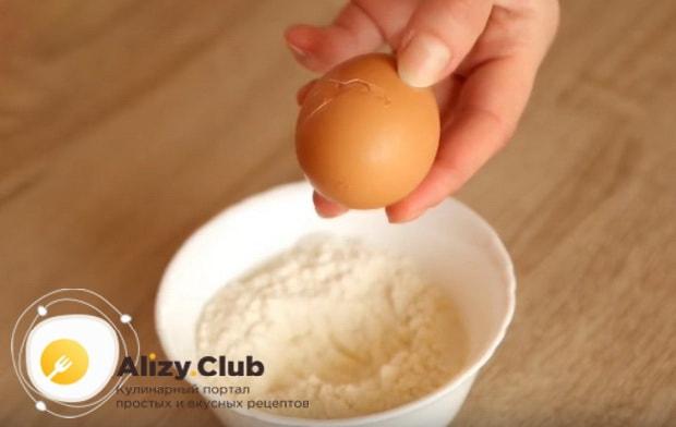 разбиваем в муку яйцо