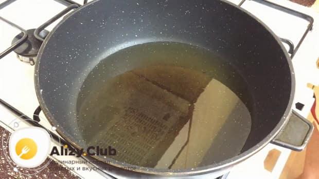 Для приготовления куриных котлет с кабачком нагрейте сковородку.
