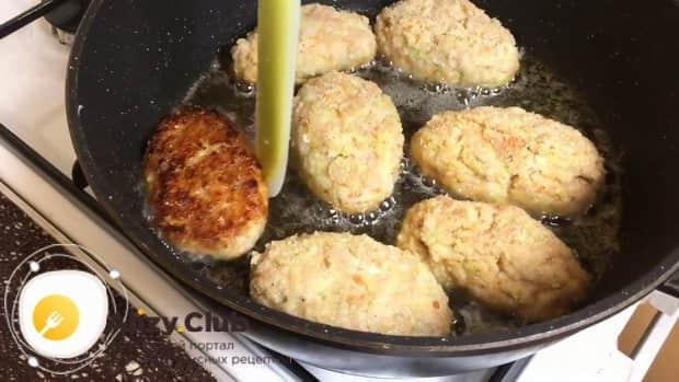 Обжарьте куриные катлеты с кабачком.