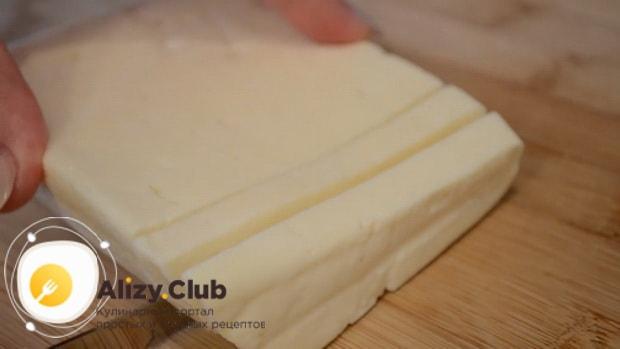 Для приготовления куриных котлет с кабачком нарежьте сыр.