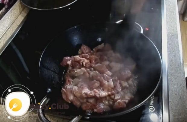 Нарезанную на кусочки свинину выкладываем в глубокую сковороду или казанок и обжариваем.
