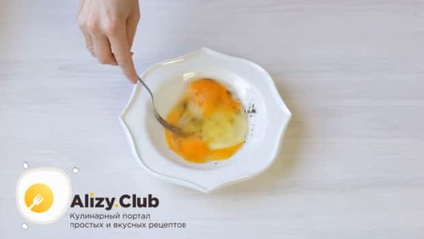 Для приготовления лаваша с сыром на сковороде соедините яйца с водой.