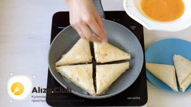 Для приготовления лаваша с сыром на сковороде разогрейте сковородку.